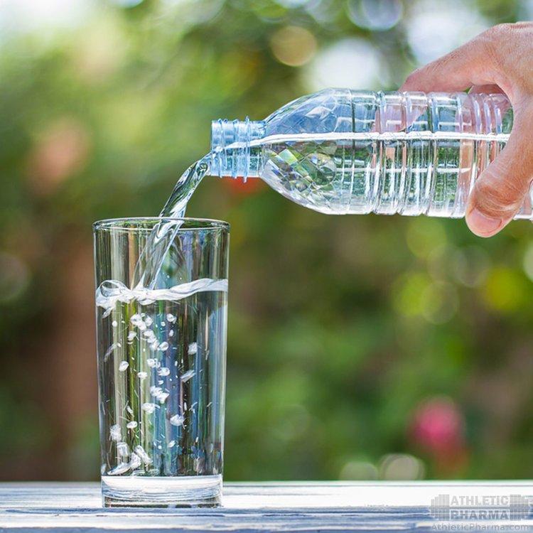 Чистая питьевая вода в стакане