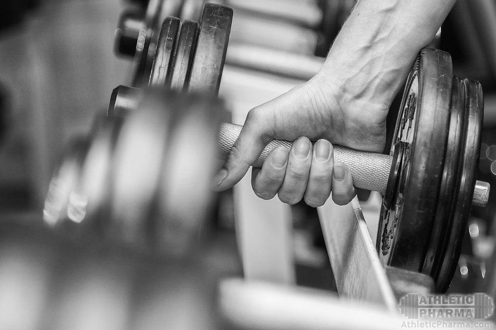 Тренировка мышц с гантелями