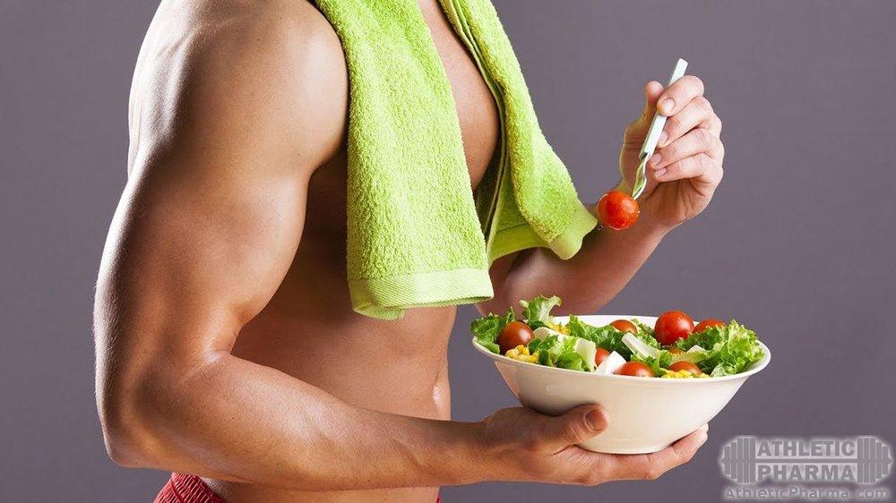 Мужчина на диете, ест салат