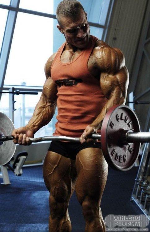 Бодибилдер тренирует мышцы