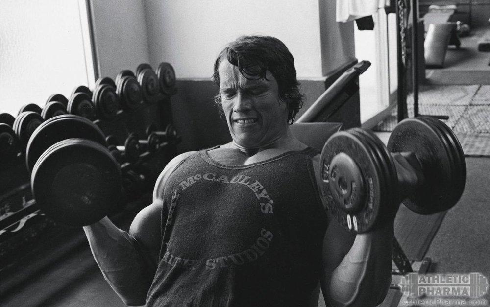 Молодой Арнольд Шварценеггер во время тренировки