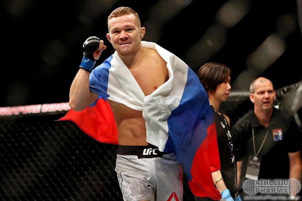 Российский боец UFC Петр Ян с флагом