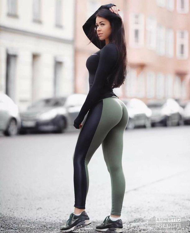 Сексуальная девушка на фото в лосинах