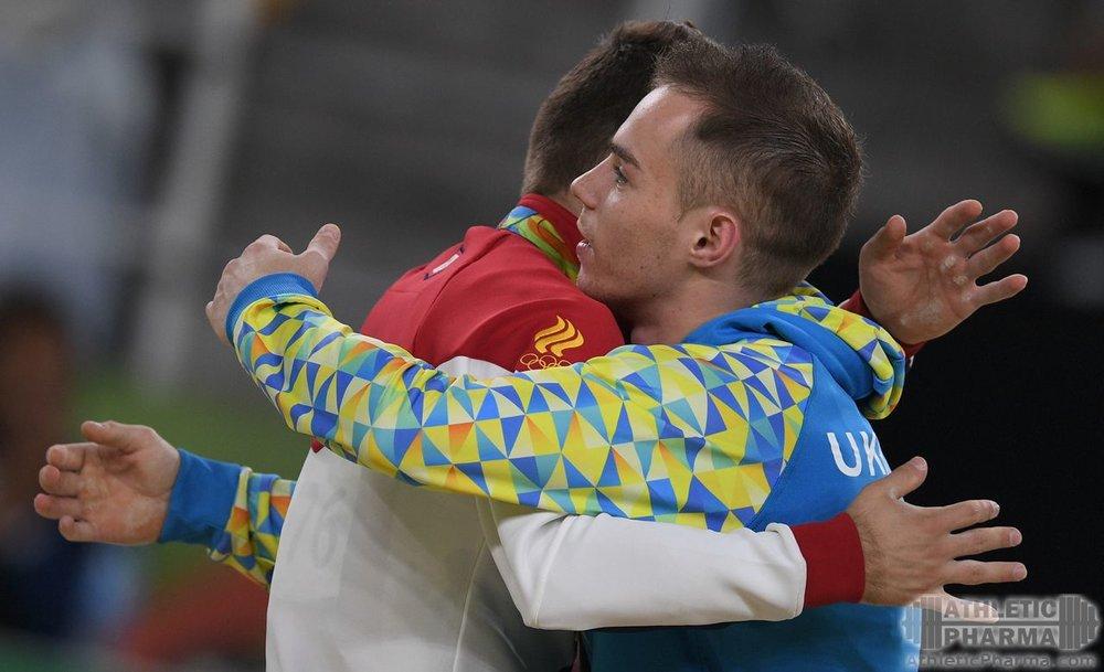 Спортсмены обнимаются после соревнований