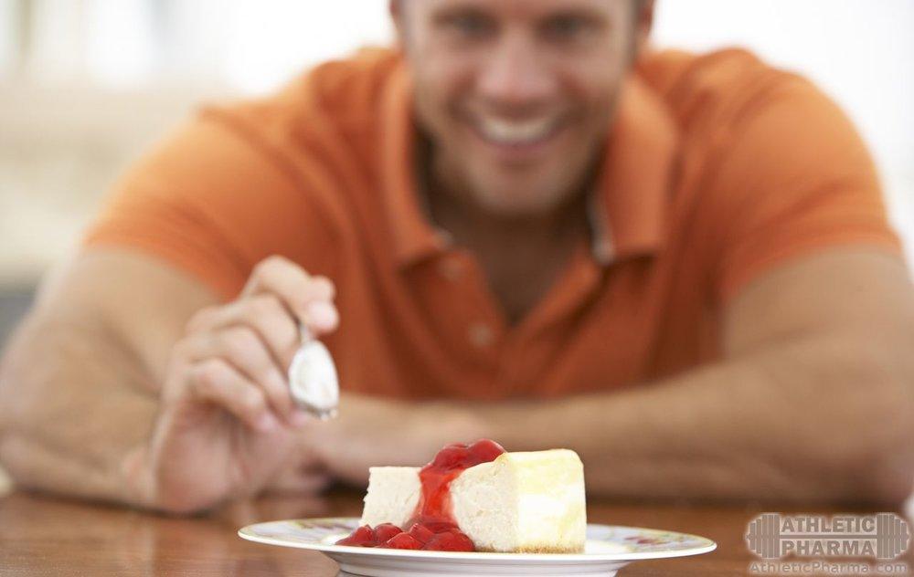 Мужчина ест сладкое пирожное