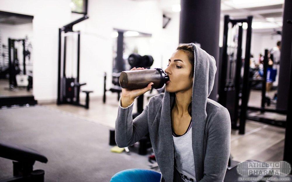 Женщина пьет спортивное питание